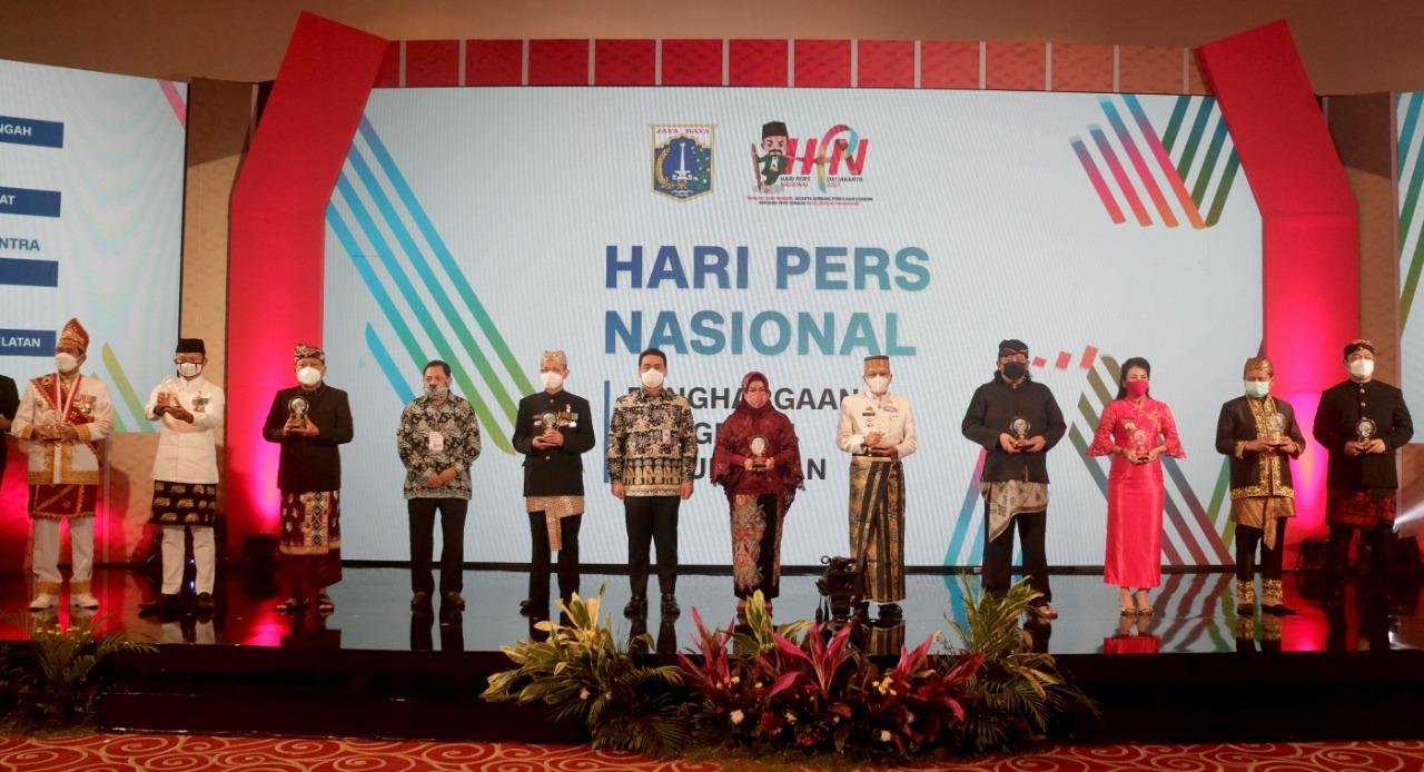 Wali Kota Denpasar, IB Rai Dharmawijaya Mantra (tiga dari kiri) menerima Anugerah Kebudayaan dari PWI Pusat di Istana Negara Jakarta saat peringatan HPN 2021