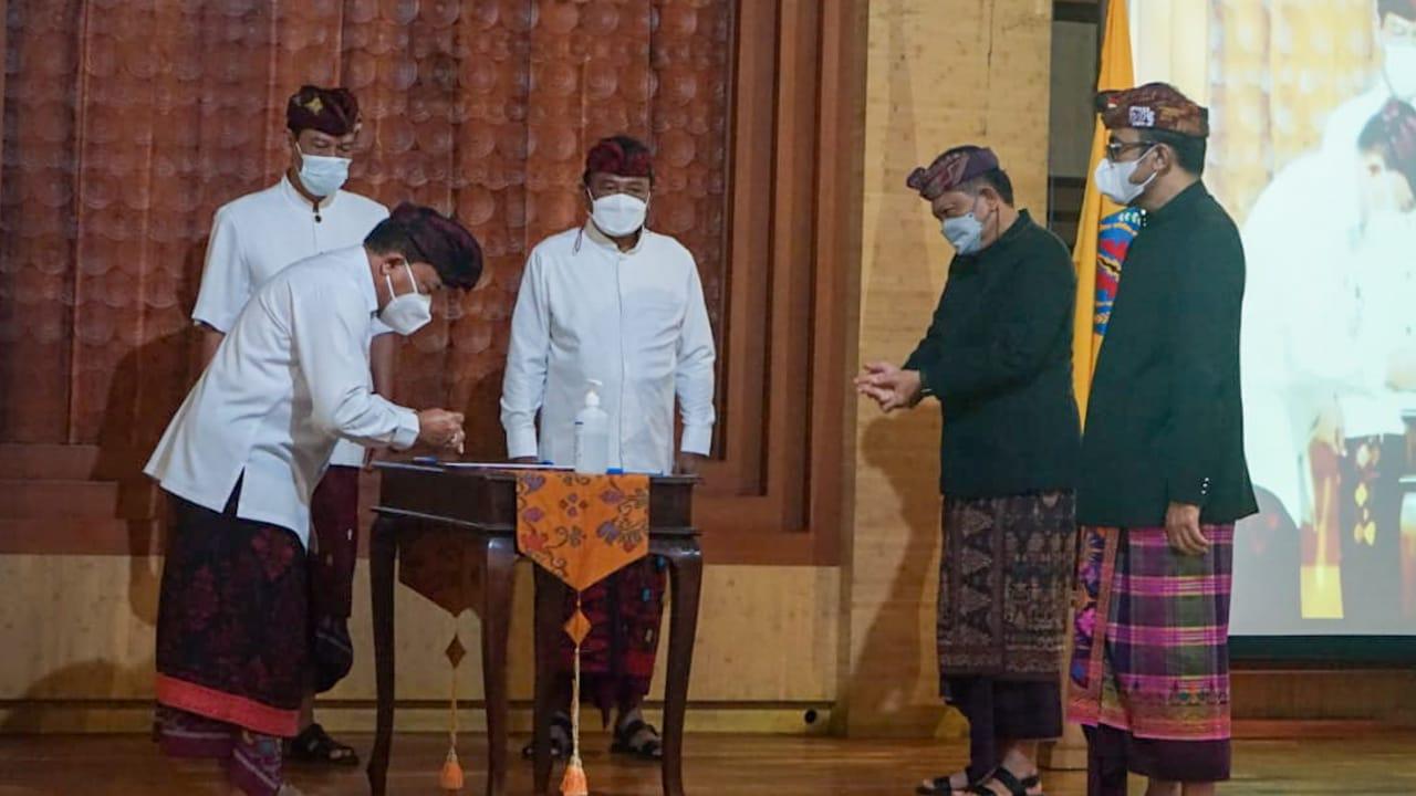 Plh. Walikota Denpasar, I Made Toya menandatangani naskah memori jabatan di Graha Sewakadarma Kota Denpasar.