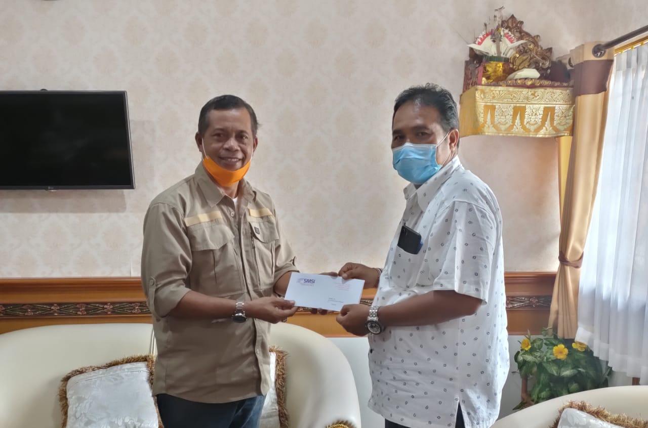 Kabag Humas Pemkot Denpasar, Dewa Rai (Kanan) menerima proposal Workshop Jurnalistik dari Ketua SMSI Bali, Emanuel Dewata Oja