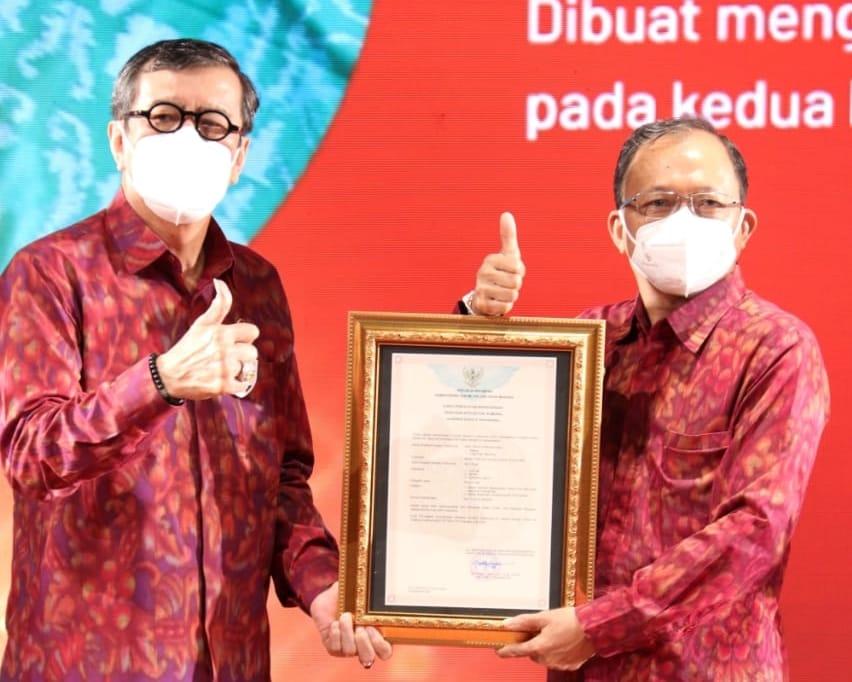Gubernur Bali Wayan Koster (kanan) sama-sama angkat jempol Menteri Hukum dan Hak Asasi Manusia (Menkumham) RI, Yasonna H. Laoly dalam acara Penyerahan Sertifikat Kekayaan Intelektual pada Jumat, Sukra Paing Sinta (5/2) di Gedung Ksirarnawa Taman Budaya Provinsi Bali.