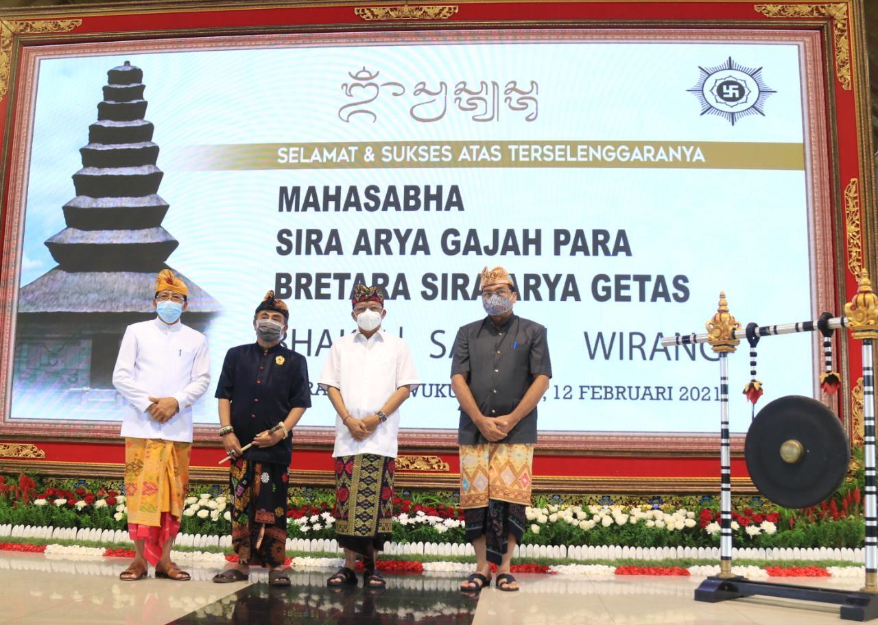 Gubernur Bali Wayan Koster saat membuka secara resmi Mahasabha Sira Arya Gajah Para Bretara Sira Arya Getas pada, Jumat, 12 Februari 2021.