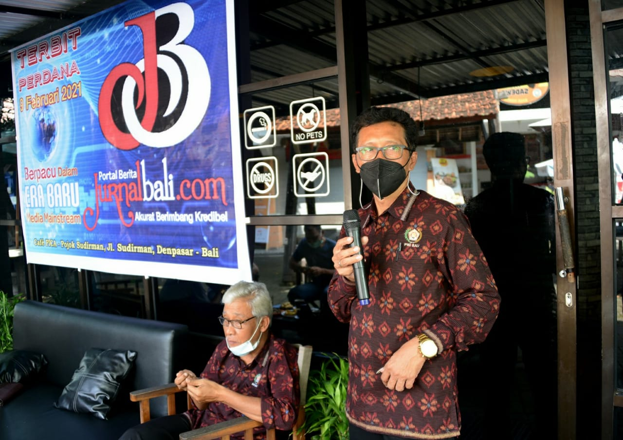 Ketua PWI Bali, Dwikora Putra memberikan wejangan terbitan perdana jurnalbali.com pada acara launching di cafe PICA Pojok Sudirman Denpasar