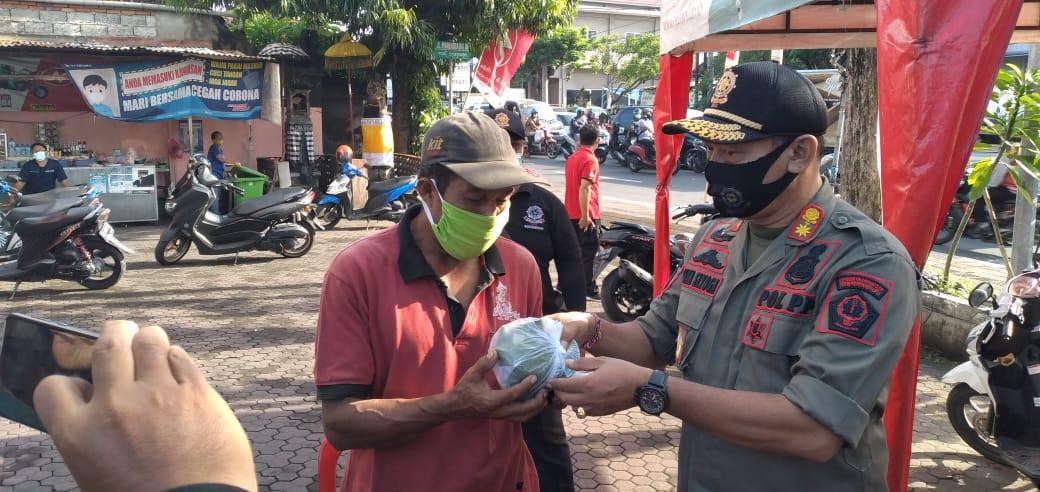 Pelaksanaan Razia Penegakan Prokes di kawasan simpang Jalan Gunung Agung dan Jalan Buluh Indah Denpasar Barat pada Selasa (2/2).