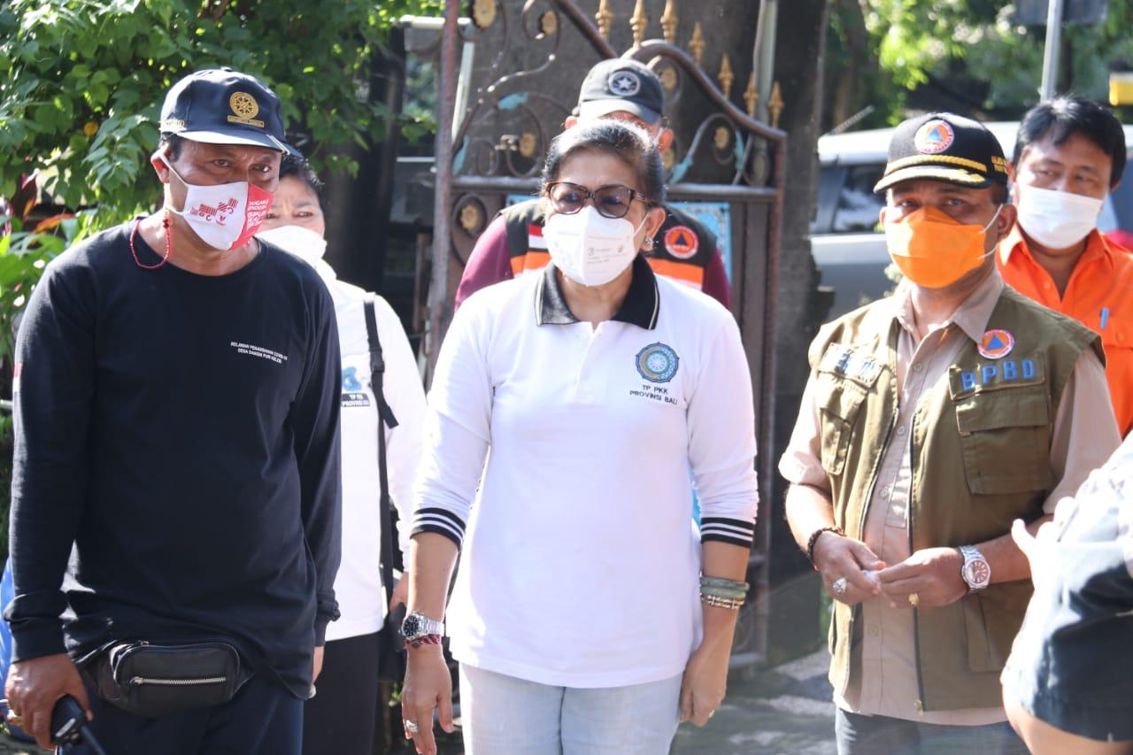 Ny Putri Suastini Koster tinjau pengungsi korban kebakaran kawasan pemulung Renon didampingi Kalaks BPBD Provinsi Bali, Made Rentin (kanan)