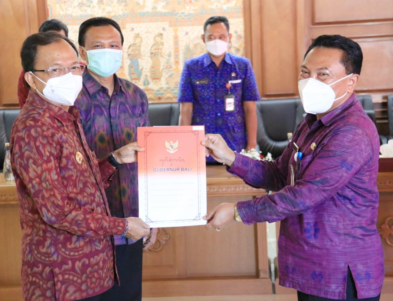 Pj. Sekda Kota Denpasar, I Made Toya (Kanan) menerima SK dari Gubernur Bali, Wayan Koster.  I Made Toya akan menjadi Plh Walikota Denpasar.