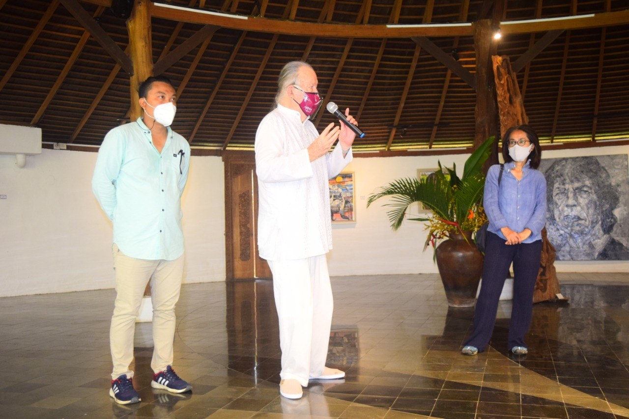 Budayawan Jean Couteau, didampingi pemilik Bidadari Art Space Hiromi Wada dan Made Sudiana saat pembukaan pameran
