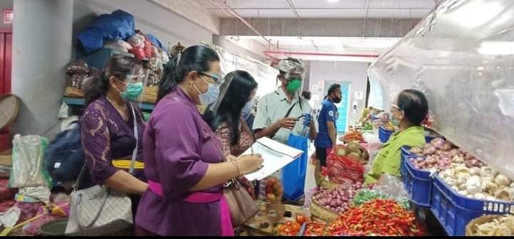 Pelaksanaan monitoring dan evaluasi harga bahan pokok di empat pasar rakyat Kota Denpasar, Kamis (4/2).