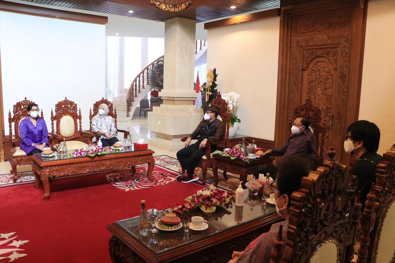 Suasana pertemua Gubernur Bali, Wayan Koster beserta Nyonya Putri Koster dengan Menparekref Sandiaga Solahudin Uno di Rumah Jabatan Jayasabha Denpasar