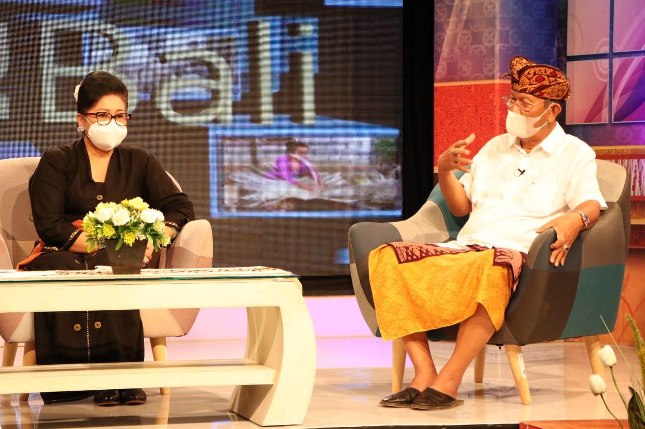 Ketua Dekranasda Provinsi Bali Ny Putri Suastini Koster bersama Guru Besar Fakultas Ekonomi dan Bisnis UNUD Prof Dr I Wayan Ramantha saat keduanya menjadi narasumber acara TVRI bertajuk 'Apa Kabar UMKM (AKU) Bali'