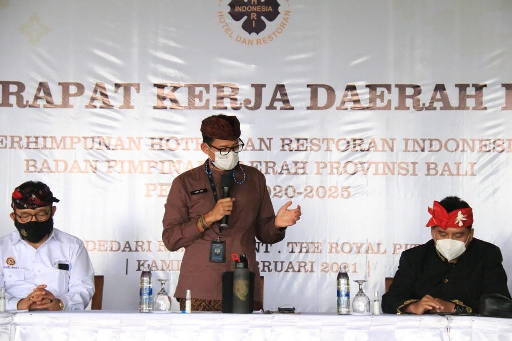 Wakil Gubernur Bali Tjokorda Oka Artha Ardana Sukawati (duduk kiri) yang juga Ketua PHRI Bali saat mendampingi Menparekraf Sandiaga Silahudin Uno dalam Rakerda PHRI di Ubud