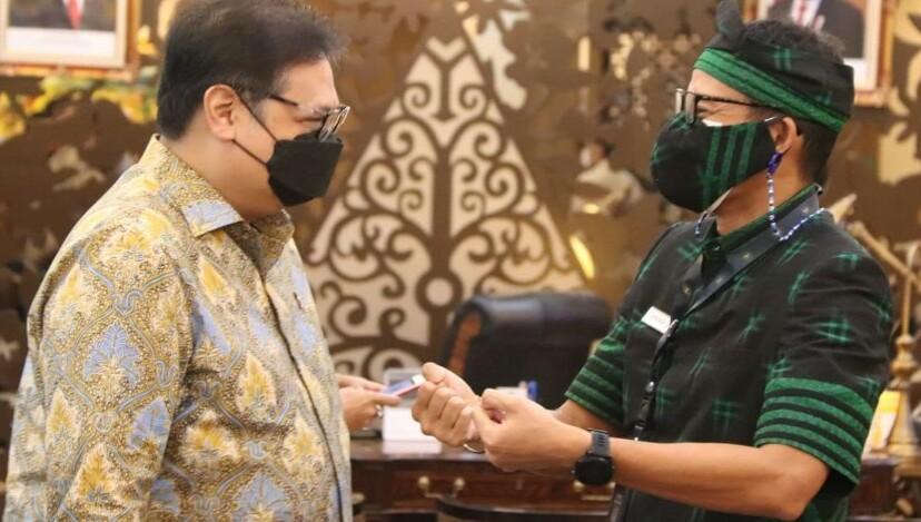 Menteri Pariwisata dan Ekonomi Kreatif, Sandiaga Salahuddin Uno, dan Menteri Koordinator Bidang Perekonomian Airlangga Hartarto, bertemu untuk membahas rencana program kebangkitan sektor pariwisata dan ekonomi kreatif dalam skema besar Pemulihan Ekonomi Nasional (PEN) 2021, di kantor Kemenko Perekonomian, Jakarta, Senin 16 Februari 2021.