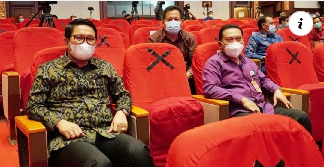 Sekda Adi Arnawa (kiri) saat menghadiri acara penyerahan Sertifikat dan Surat Pencatatan KI oleh Menkumham RI Yasonna H Laoly kepada Masyarakat di Kabupaten/Kota se-Bali di Art Centre Denpasar, Jumat, (5 Februari 2021).