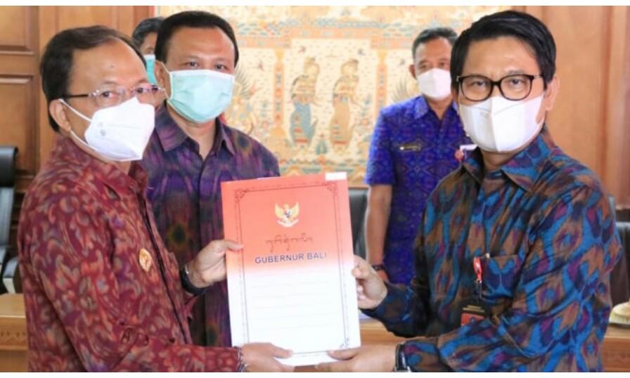 Sekda Badung, Adi Arnawa menerima SK penunjukan sebagai Plh. Bupati Badung dari Gubernur Bali Wayan Koster di Gedung Jaya Sabha Denpasar, Selasa 16 Februari 2021.  - Foto ist