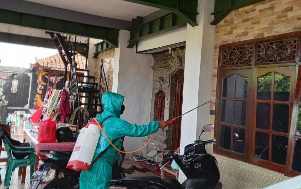 Tim kesehatan dari Kelurahan Sesetan menyemprotkan desinfektan dan menyerahkan sembako kepada keluarga yang sedang isolasi mandiri di wilayah Kelurahan Sesetan, Jumat, 19 Februari 2021.