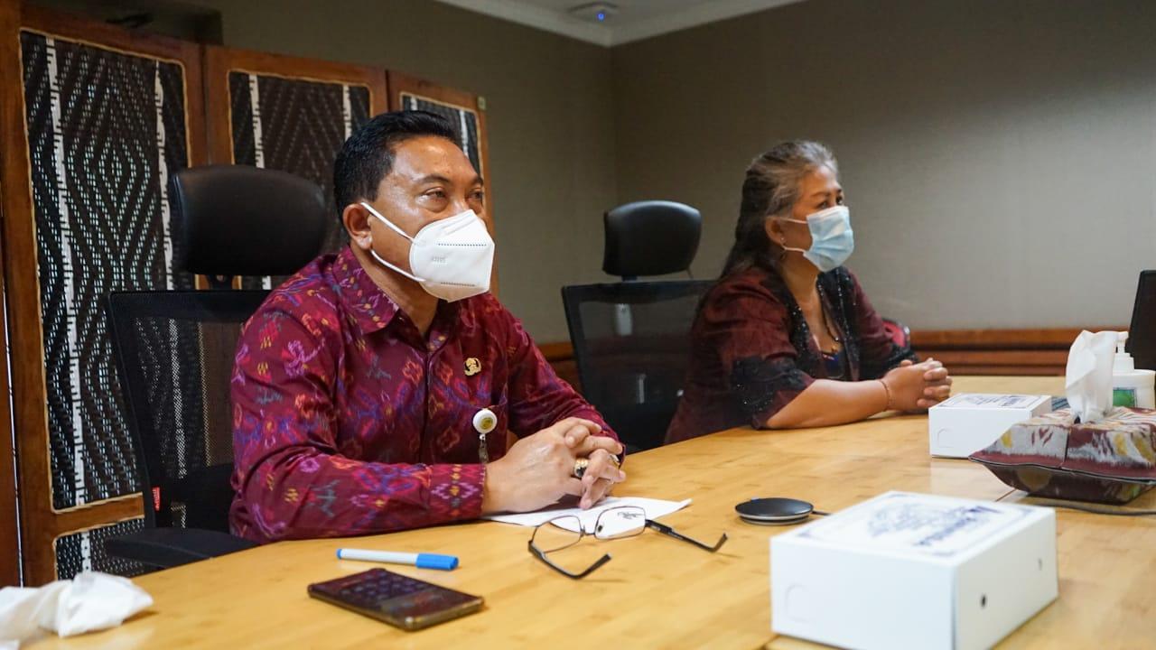 Plh. Wali Kota Denpasar, I Made Toya saat membuka Sosialisasi Desa/Kelurahan Layak Anak Kota Denpasar Tahun 2021 secara virtual dari Graha Sewaka Dharma Kota Denpasar, Selasa (23/2).