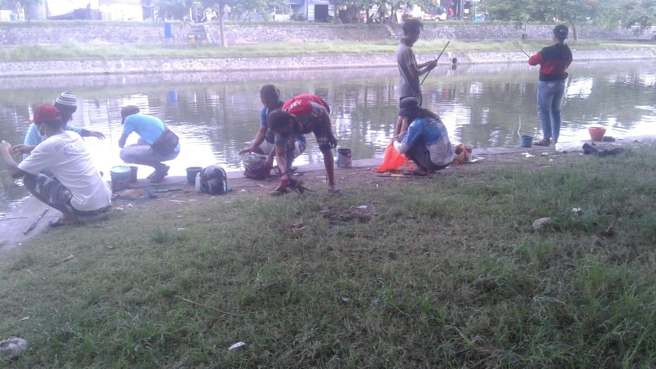 Satgas covid-19 Desa Pemogan Kecamatan Denpasar Selatan  bubarkan kerumunan di  Taman Pancing Jumat 26 Februari 2021