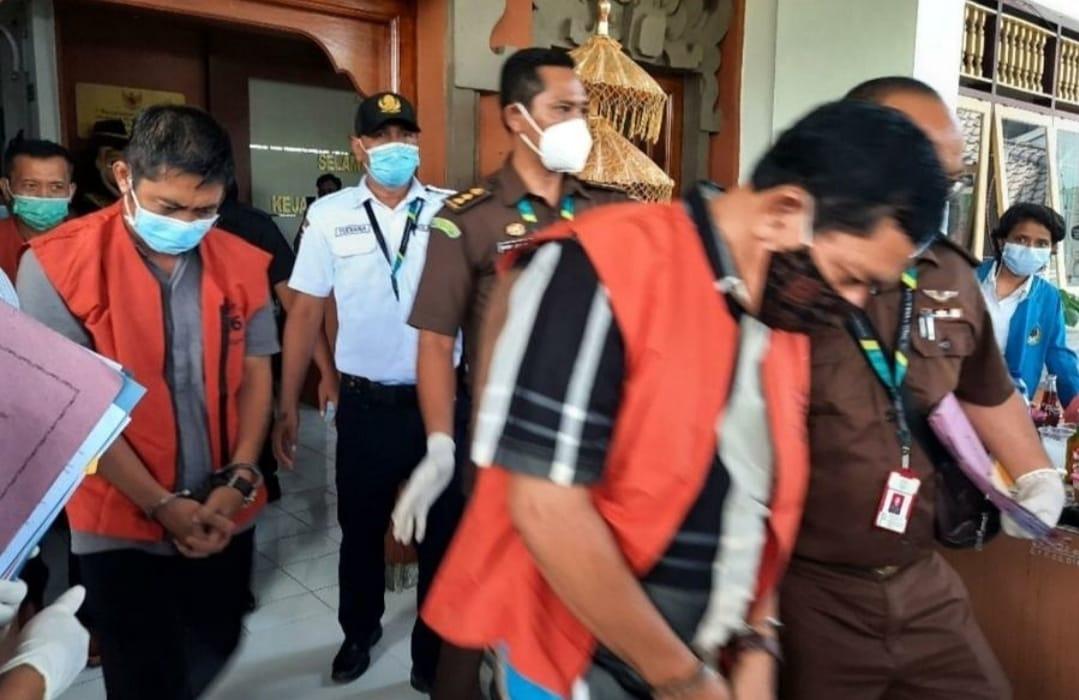 Foto  Para tersangka kasus dugaan korupsi dana PEN Pariwisata Kabupaten Buleleng saat akan ditahan Kejaksaan.