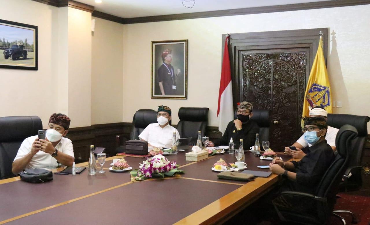 Wakil Gubernur Bali Tjok. Oka Artha Ardhana Sukawati, didampingi Kepala BI Perwakilan Wilayah Bali Trisno Nugroho, Dirut PT. Bank BPD Bali saat mengikuti rapat secara virtual