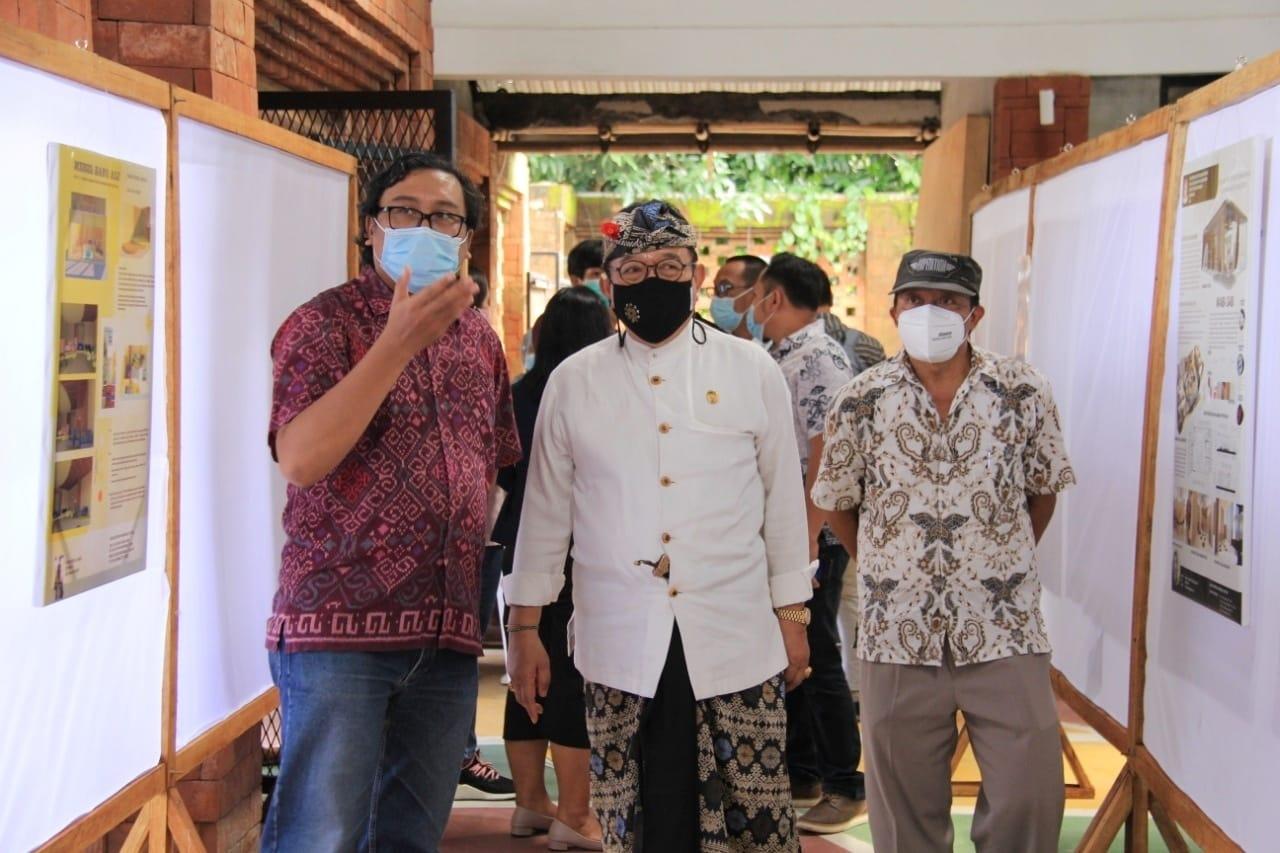 Wakil Gubernur Bali Tjokorda Oka Artha Ardana Sukawati (Cok Ace) saat meninjau Pameran Desain Interior yang dilaksanakan Program Studi Desain Interior, Fakultas Seni Riupa dan Desain ISI Denpasar