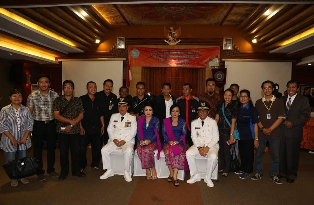 Pasangan Walikota dan Wakil Walikota Denpasar, periode 2016 2021, IB Rai Mantra dan Jaya Negara berfoto bersama para wartawan
