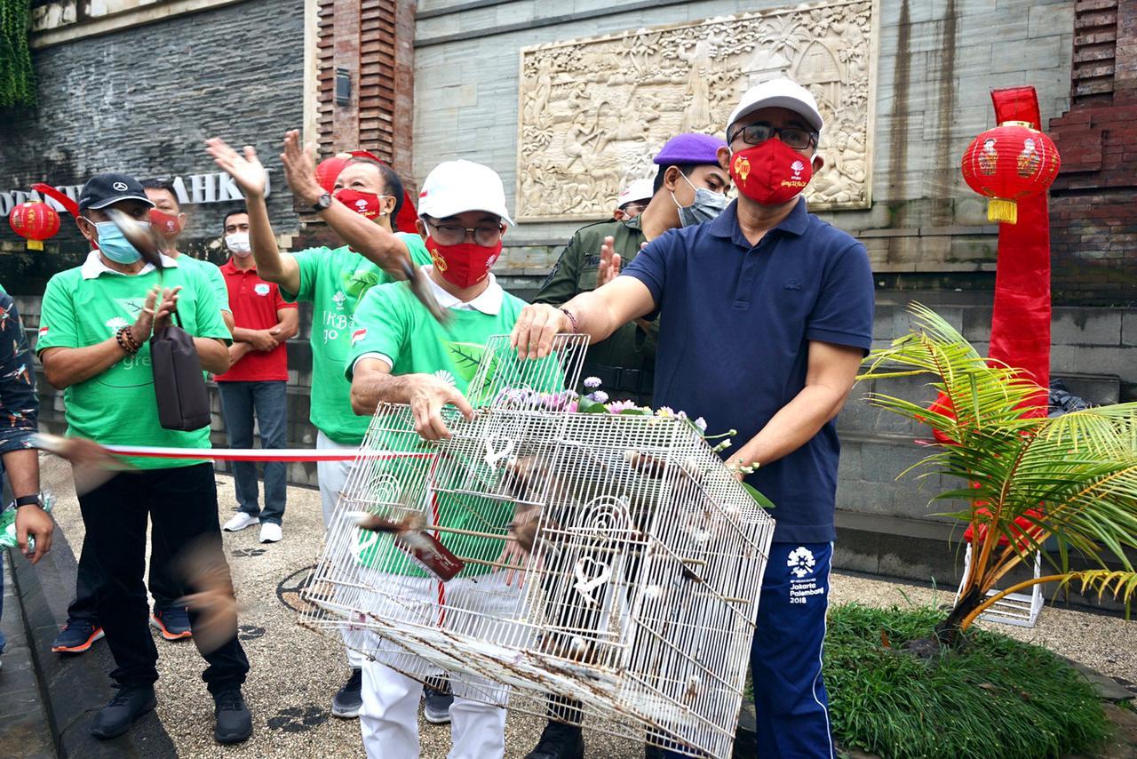 Serangakaian Peringatan Imlek dan  HUT Kota Denpasar ke 223, Keluarga Besar INTI Bali dan Pemkot Denpasar gelar aksi sosial. Wakil Walikota Jaya Negara lepas 75 ekor burung ke alam bebas