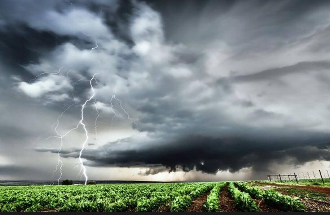 Badan Meteorologi Klimatologi dan Geofisika (BMKG) memprediksi akan terjadi peningkatan curah hujan dari bulan Januari hingga Maret 2021. Curah hujan dapat mencapai 40-80 persen dari kondisi normal.