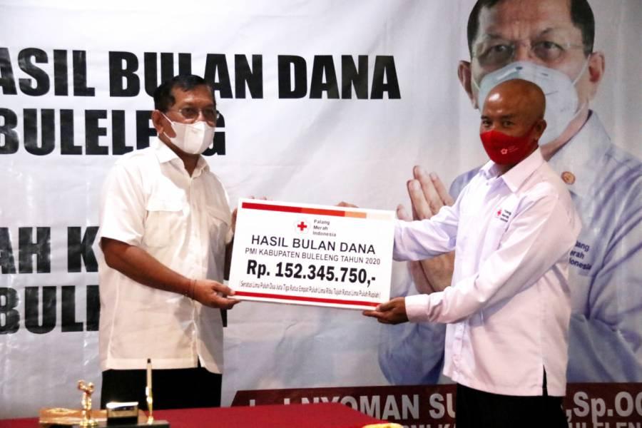 Sekretaris Panitia Bulan Dana PMI, Gede Sandiasa (kanan) secara simbolis menyerahkan dana yang terkumpul selama tahun 2020 sebesar Rp152.345.750,-