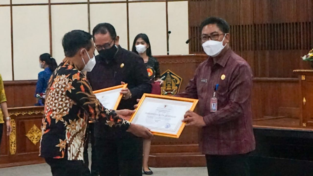 Wakil Walikota Denpasar, I Kadek Agus Arya Wibawa saat menerima penghargaan Anugrah Meritokrasi dari KASN RI di Gedung Wiswa Sabha Utama Kantor Gubernur Bali, Selasa (2/3).