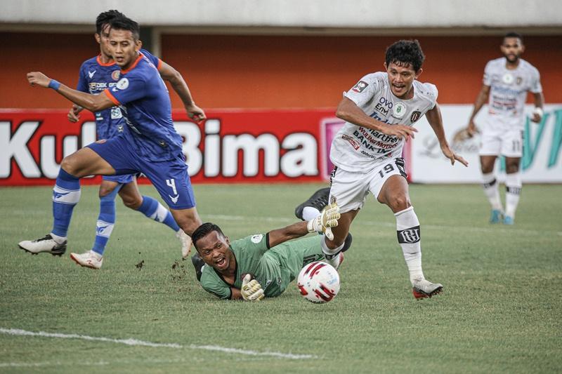 Rizky Pellu lepas dari hadangan kiper Persiraja Banda Aceh dan dengan mudah melesatkan gol kedua bagi Bali United.