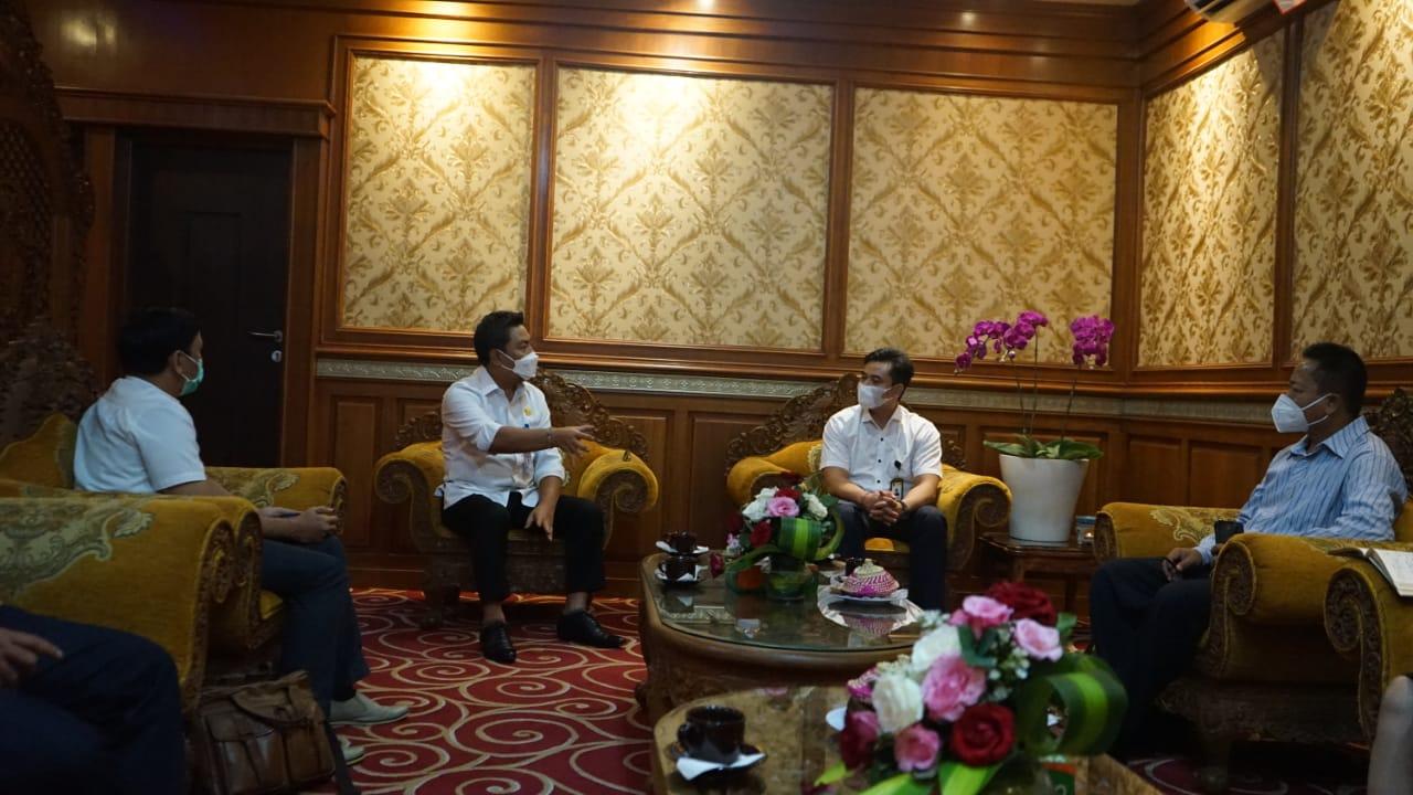 Direktur Pasca Sarjana UNMAS I Gede Yuda Partama saat beraudiensi dengan Wakil Wali Kota Denpasar I Kadek Agus Arya Wibawa di Kantor Wali Kota Denpasar Rabu (10/3).
