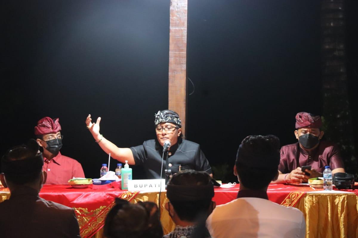 Bupati Giri Prasta didampingi Wabup Suiasa, Sekda Adi Arnawa saat melaksanakan rapat koordinasi dengan perbekel dan sekdes se-Kabupaten Badung di Puspem Badung, Sabtu (27/3).