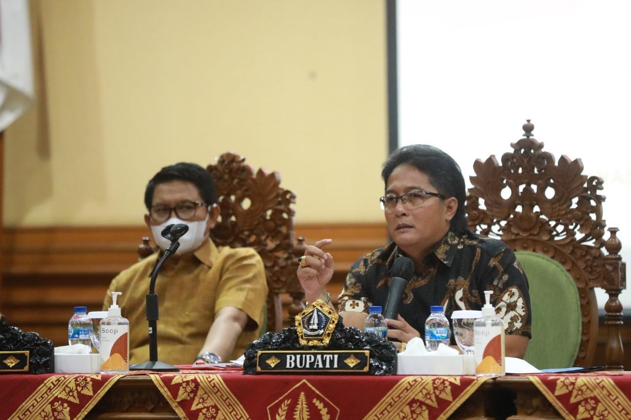 Bupati Giri Prasta didampingi Ketua DPRD Putu Parwata dan Sekda Adi Arnawa disaat membuka Musrenbang RKPD Kabupaten Badung di Puspem Badung, Senin (29/3).