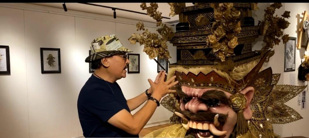Seniman Eros Jarot dengan seksama mengamati prototipe ogoh-ogoh yang dipamerkan di DNA Denpasar