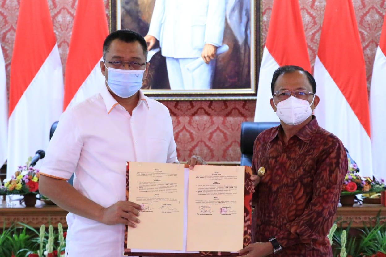 Gubernur Bali, Wayan Koster bersama Gubernur NTB, Dr. H. Zulkieflimansyah menandatangani Kesepakatan Bersama Antara Pemerintah Provinsi Bali dengan Pemerintah Provinsi Nusa Tenggara Barat (NTB) tentang Kerjasama Pembangunan Daerah
