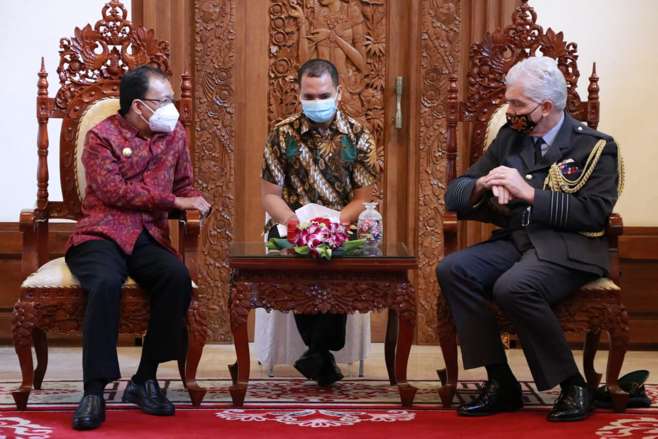 Atase Pertahanan Kerajaan Inggris untuk Indonesia dan Timor Leste, Michael Longstaff saat menemui Gubernur Bali Wayan Koster di Rumah Jabatan, Jayasabha, Denpasar