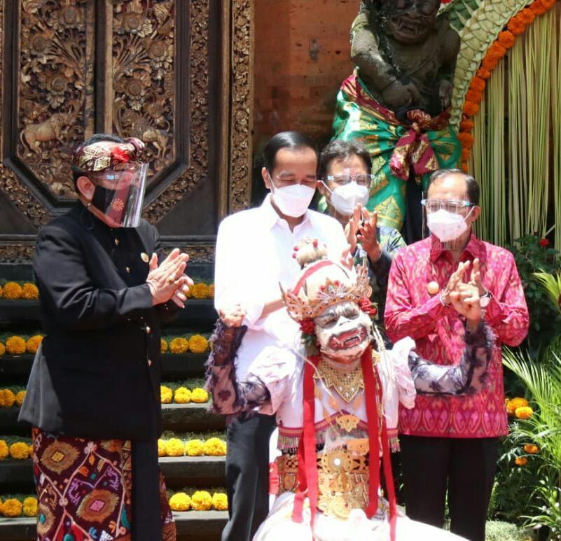 Dalam kunjungan ke Ubud, Presiden RI Joko Widodo disambut seorang Seniman Tari Hanoman asal Banjar Ubud, Anak Agung Anom Putra, yang menari setelah mendapat vaksin covid-19