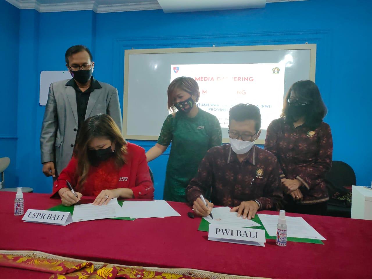 Representatif LSPR Bali Gesille Sedra Buot-Zambrano, MBA (kiri) dan Ketua PWI Provinsi Bali, IGMB Dwikora Putra menandatangani Nota Kesepahaman pemberdayaan Sumber Daya Manusia antara LSPR Bali dan PWI Bali