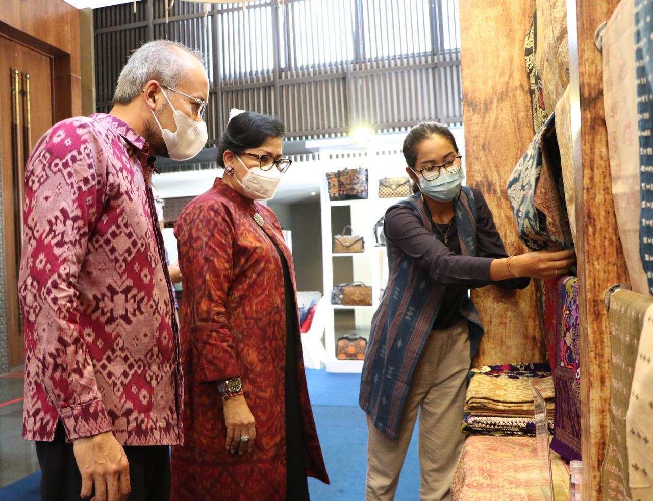 Ketua Dekranasda bali, Ny Putri Suastini Koster saat meninjau pameran
