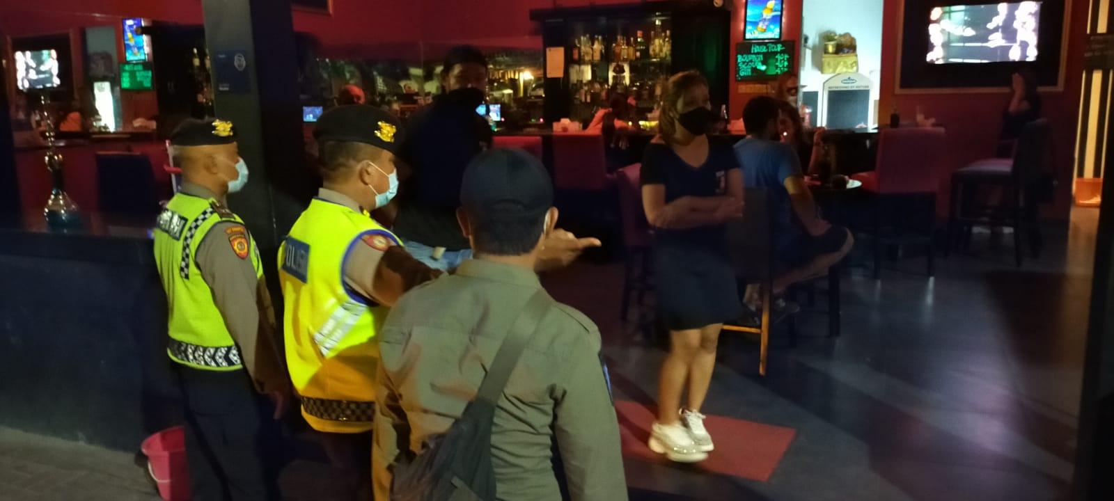 Tim Gabungan, Satpol PP Kota Denpasar, TNI dan Polri melakukan patroli bersama penegakkan Prokes