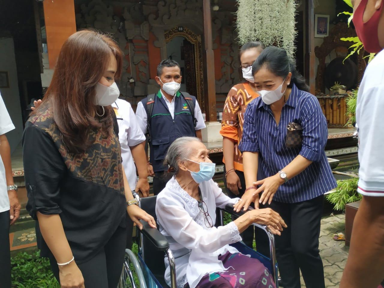 Ny. Antari Jaya Negara dan Ny. Ayu Kristi Arya Wibawa juga menyerahkan bantuan korsi roda kepada salah satu lansia di wilayah Kelurahan Sumerta.