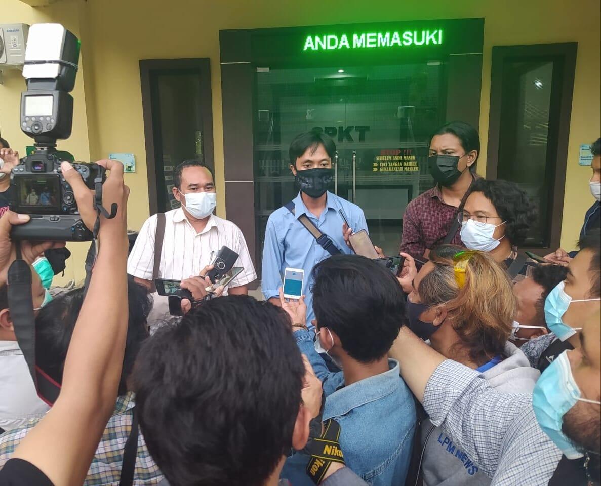 Wartawan Majalah Tempo, Nurhadi memberikan keterangan pers di halaman Mapolda Jawa Timur