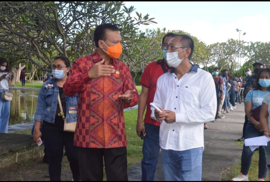 Sekretaris Daerah Provinsi Bali Dewa Made Indra meninjau pelaksanaan vaksinasi bagi Pekerja Migran Indonesia (PMI) asal Bali, yang dilaksanakan di Taman Jepun, Denpasar Timur, Rabu (31/3)