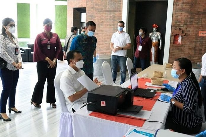 Ilustrasi pelaksanaan vaksinasi terhadap para pelaku pariwisata di Bali