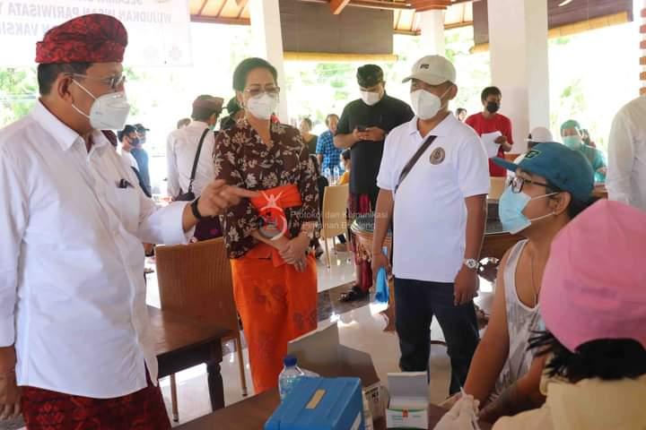 Wakil Bupati Buleleng, dr. I Nyoman Sutjidra, Sp.OG bersama Ibu, Ny. Ida Ayu Wardhani Sutjidra, meninjau jalannya vaksinasi di wilayah Kecamatan Gerokgak