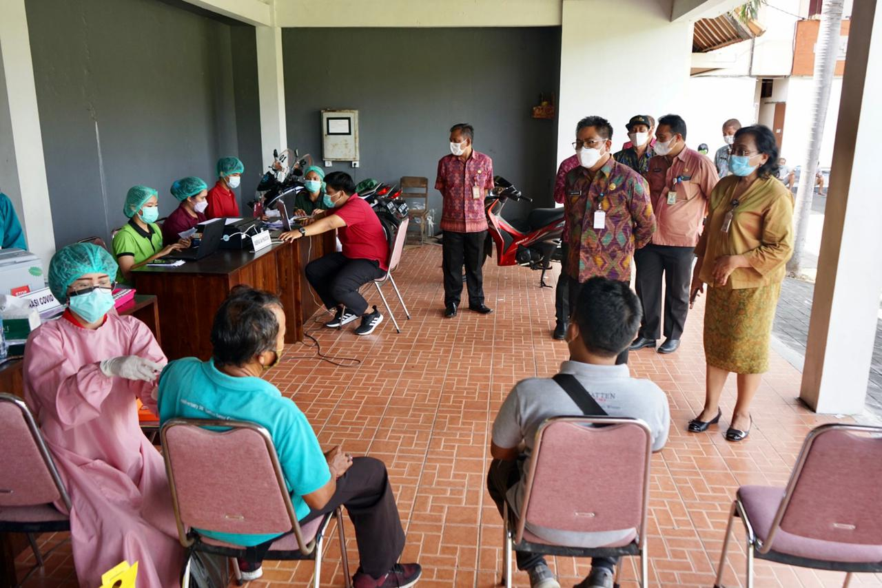 Walikota Denpasar, Jaya Negara berkunjung ke beberapa Desa, menyerap aspirasi sekaligus meinjau pelaksanaan vaksin covid-19