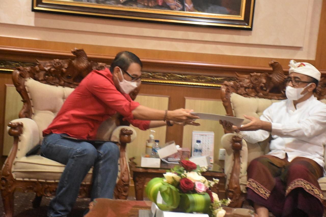 "Walikota Denpasar, IGN Jaya Negara menerima piagam kerjasama dari panitia ""Hybrid Fashion Show"""