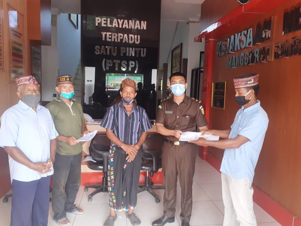 Perwakilan warga Translok Labuan Bajo menyerahkan dokumen kepada Kejari Manggarai barat