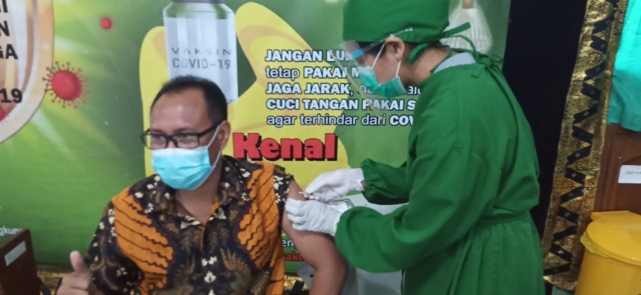 Ketua DPC Partai HANURA Klungkung, I Wayan Buda Parwata, SP, menerima suntikan vaksi Covid-19