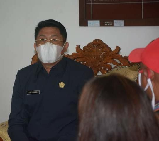 Wakil Ketua DPRD Buleleng Ketut Susila Umbara ketika berhadapan dengan Ketua LSM Genus dan Elemen Mahasiswa Buleleng
