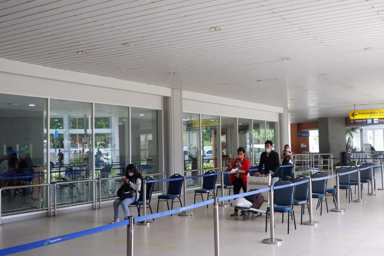 Suasana antrean di Bandara Ngurah Rai menerapkan protokol kesehatan